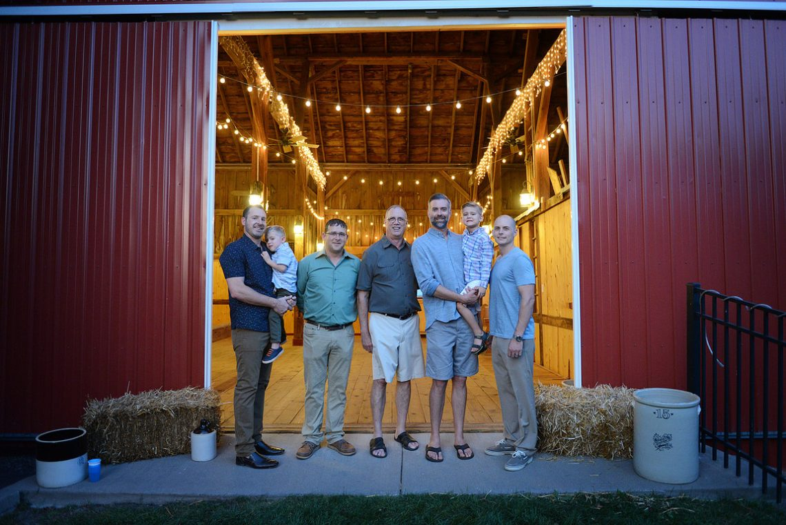 Family portrait TK men barn