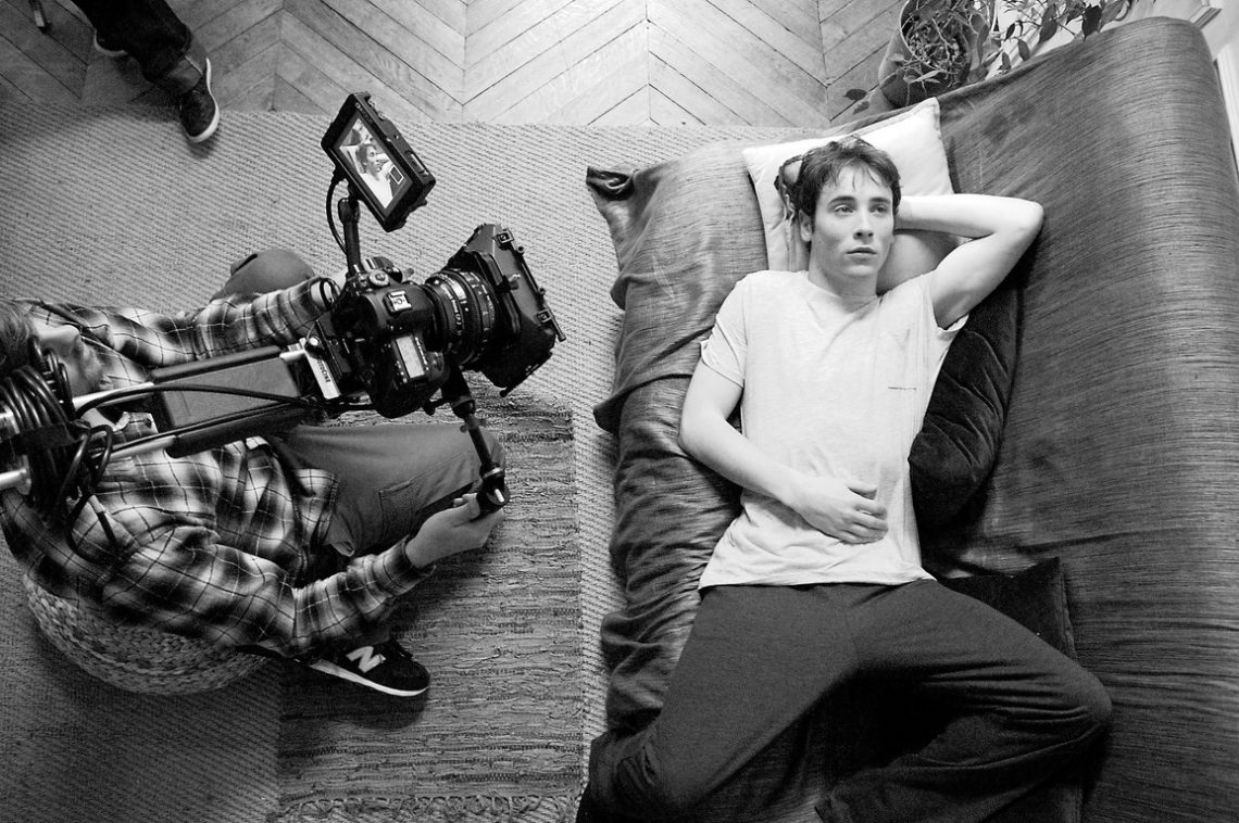 L'Américain Day 2 Supporting actor on couch