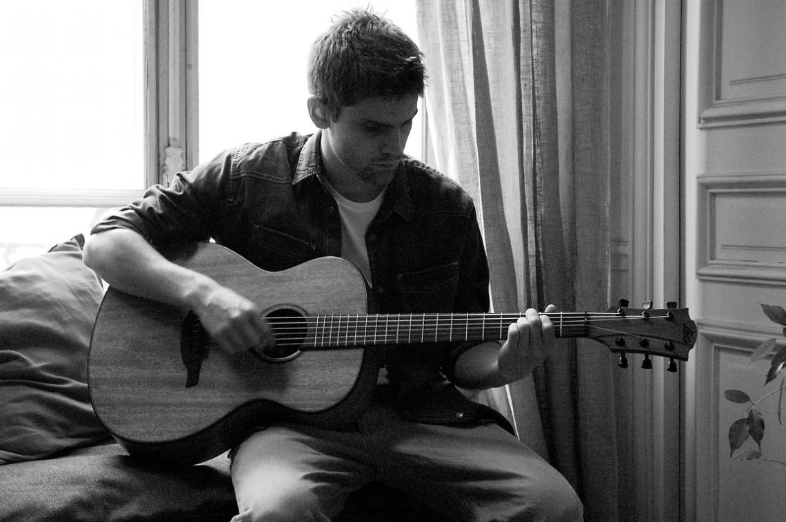 L'Américain Day 3 Lead actor playing guitar
