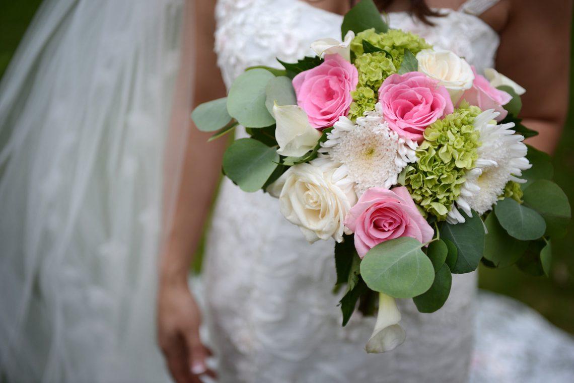 Weddings S&T Her flowers